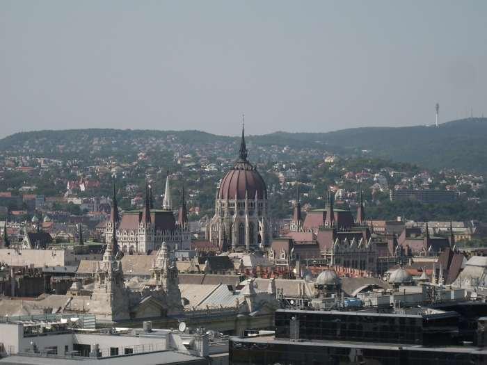 Zicht op koepel en torens van neogotische parlementsgebouw Boedapest