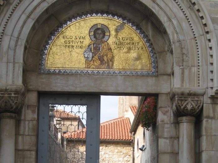 Halfronde gouden mozaïek met Jezus en Bijbeltekst boven entree Eufrasiusbasiliek