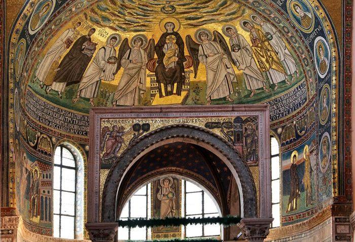 Rijk met mozaïeken gedecoreerd altaar onder koepelgewelf. Afgebeeld zijn Maria met kind en diverse heiligen