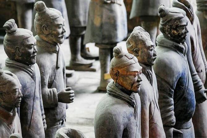 Soldaten van het Terracottaleger staan strak in het gelid