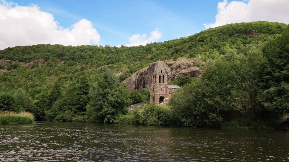 Chapelle-Sainte-Marie-des-Chazes-aperçue depuis la rivière en canoë sur l'Allier