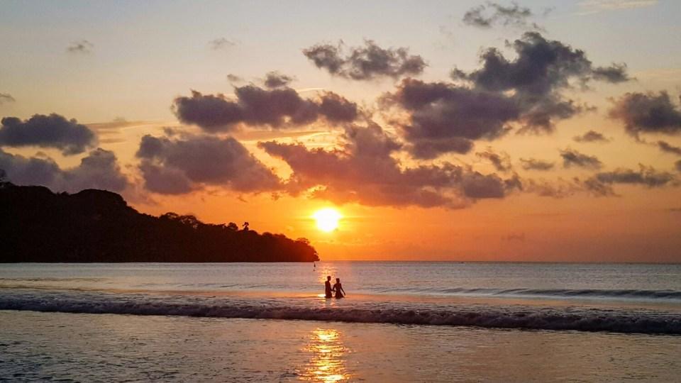 Coucher de soleil flamboyant sur la plage de Jimbaran à Bali