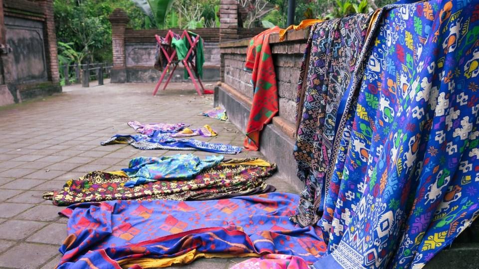 Sarongs à l'entrée de Pura Tirta Empul