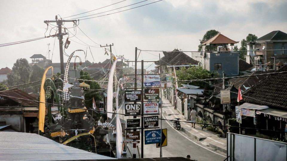 La rue principale de Munduk avec ses nombreux panneaux indiquant des hôtels