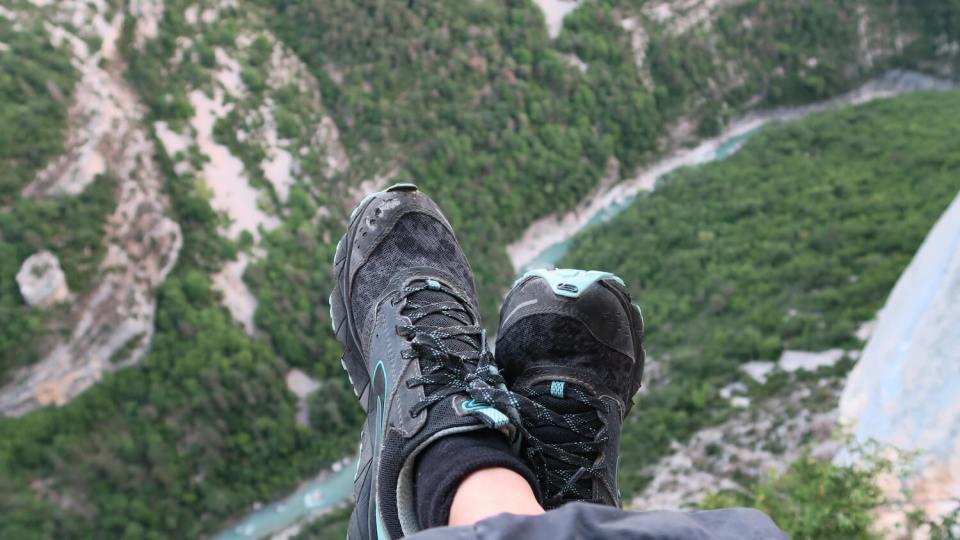 Chaussures et vue plongeante sur le verdon depuis un portaledge