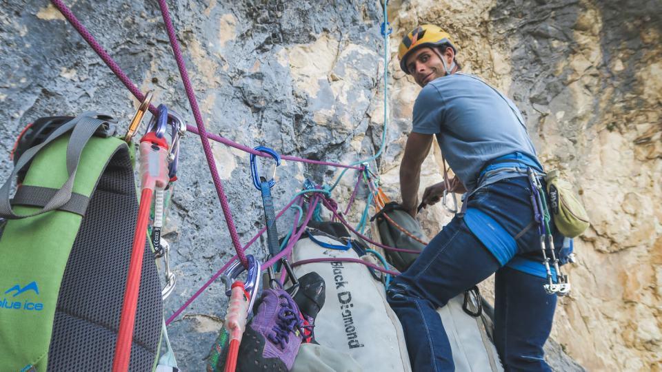 Préparation des sacs de hissage pour installation d'un portaledge dans le Verdon
