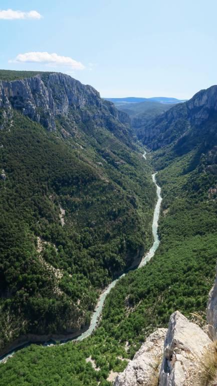 Vue de la rivière verdon serpentant au milieu des gorges