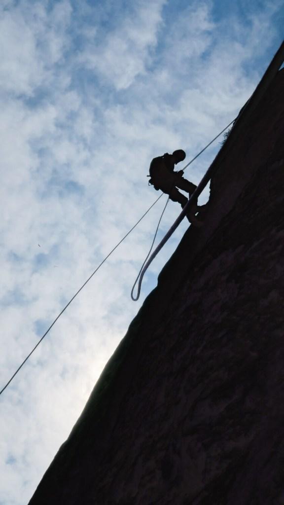 Descente en rappel dans La Demande, grande voie d'escalade dans le Verdon.