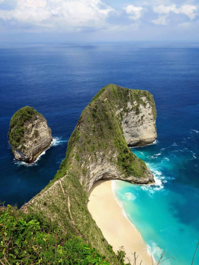 Le rocher en forme de T-Rex vu depuis la falaise qui surplombe Kelingking Beach à Nusa Penida, Bali
