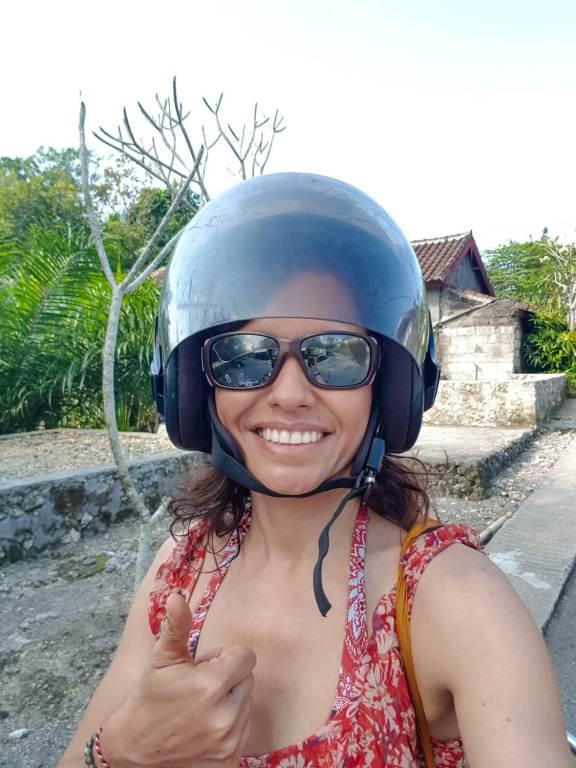 Selfie avec casque de scooter à Bali