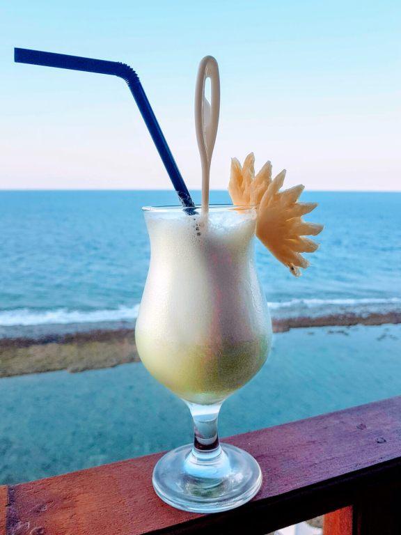 Cocktail sur fond de mer bleue à Nusa Penida, Bali