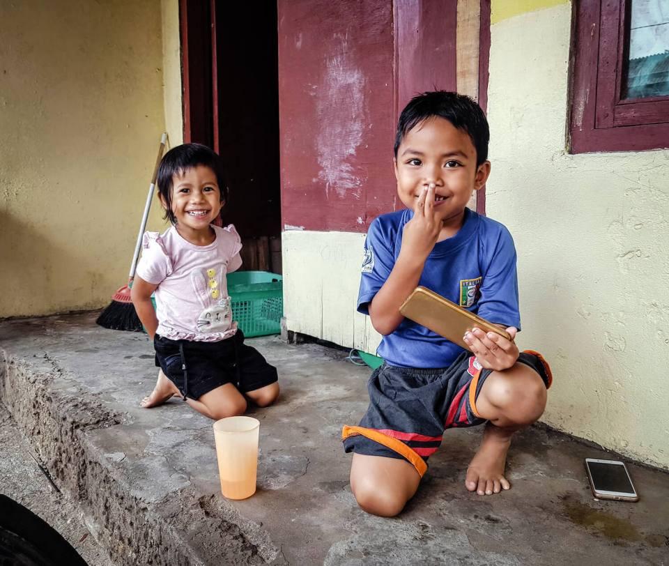 Enfants jouant sur l'île de Nusa Penida, Bali
