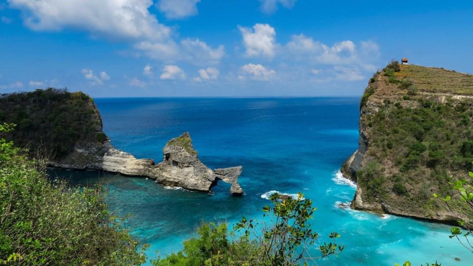 Le rocher percé d'Atuh Beach à Nusa Penida offre un décor de carte postale