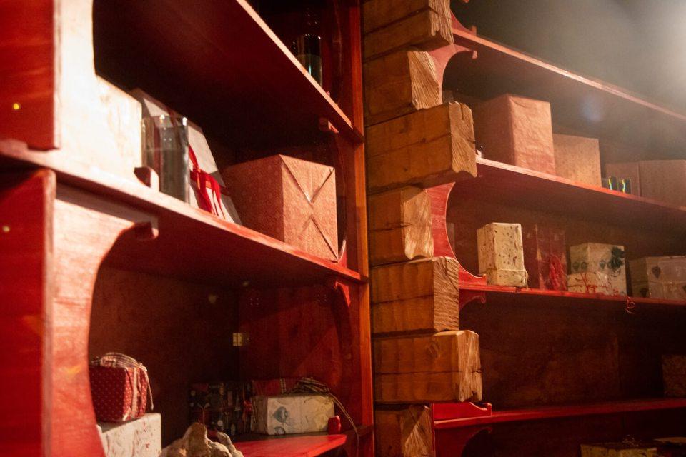 Etagères de la maison du Père Noël remplies de cadeaux