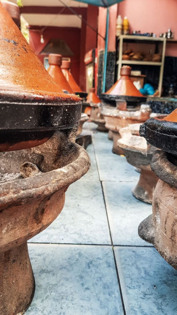 Tajines en terre cuite dans le village de Setti Fatma