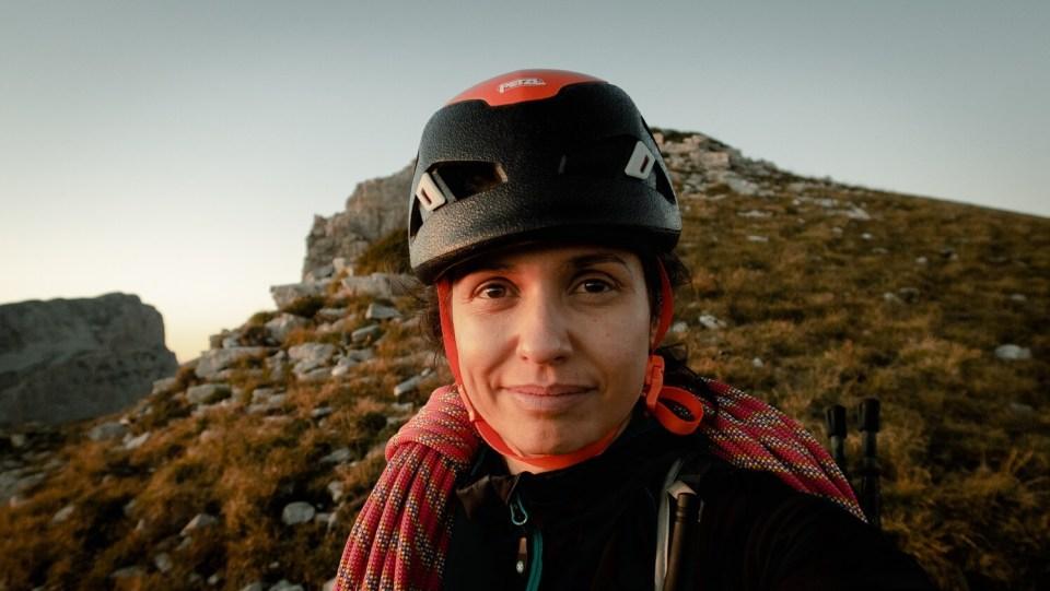 Portrait de femme avec casque d'escalade et corde sur les épaule au sommet du Mont Aiguille