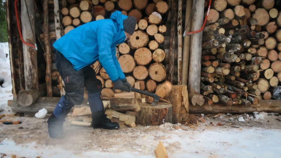 Séance de coupe de bois en Laponie Finlandaise