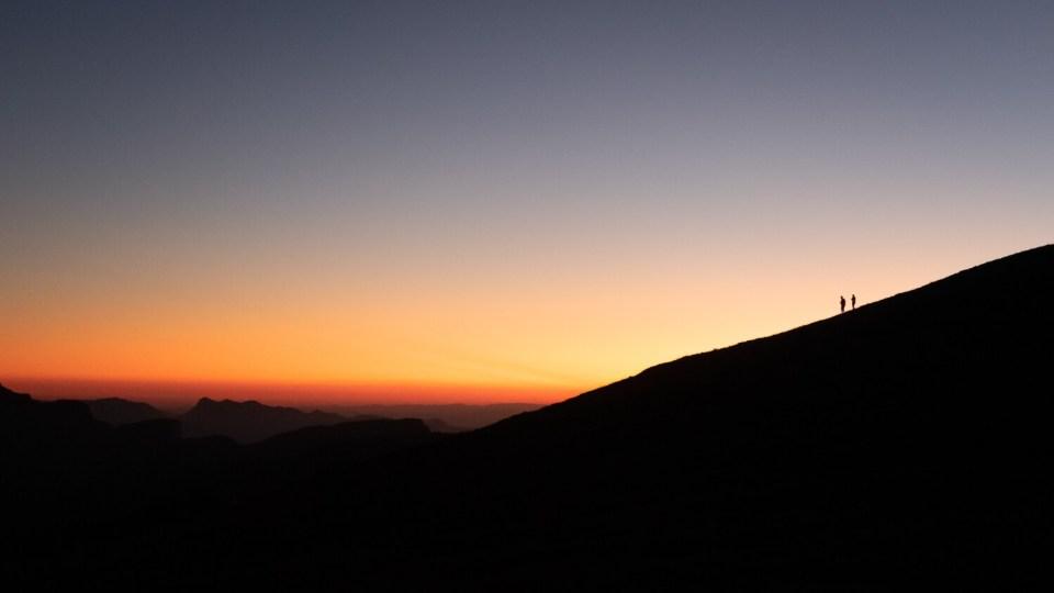 Marcheurs au sommet du Mont Aiguille au coucher du soleil
