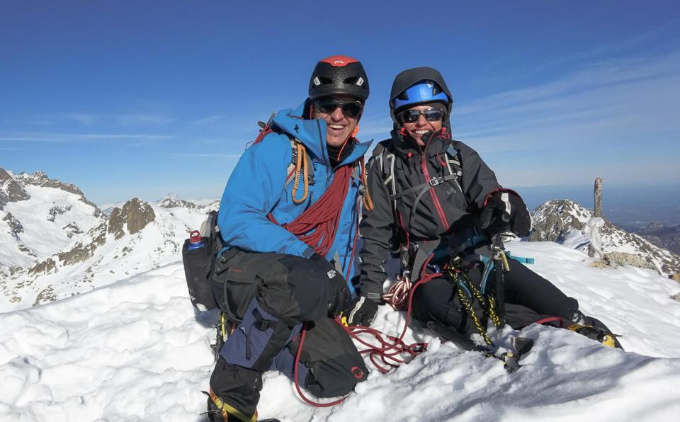 Deux alpinistes heureux au sommet de la Cougourde, dans le Mercantour