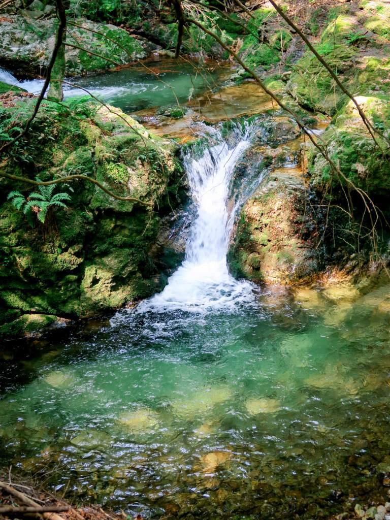 Petite cascade d'eau fraîche au niveau du Pont du Vialais