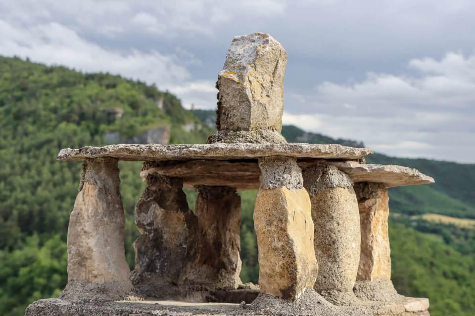 Cheminée traditionnelle d'Aveyron avec toit de pierres