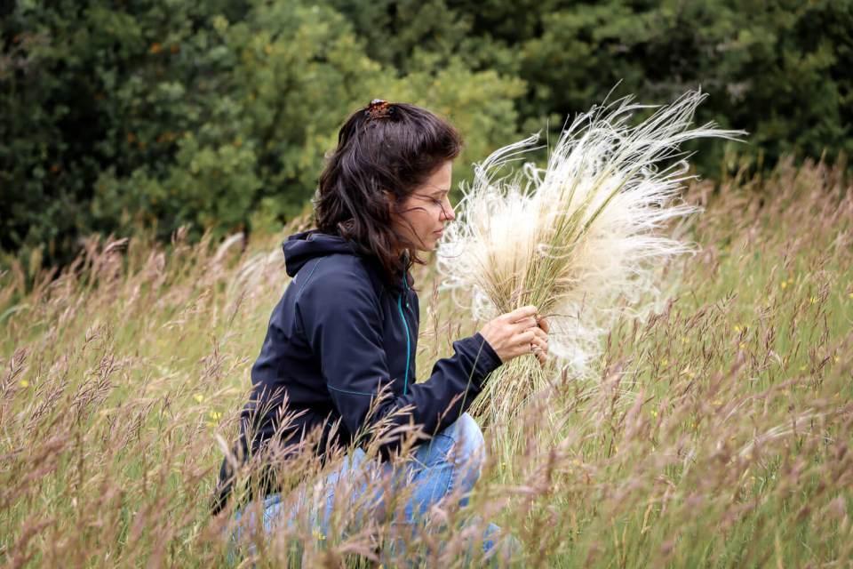 Cueillette de cheveux d'ange dans le Larzac pour un weekend en Aveyron poétique