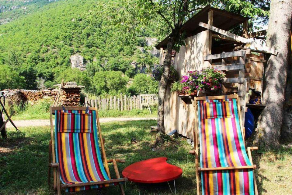 Transat dans le jardin du gîte du Moulin de Cantorbe pour un weekend en Aveyron sour le signe de la détente