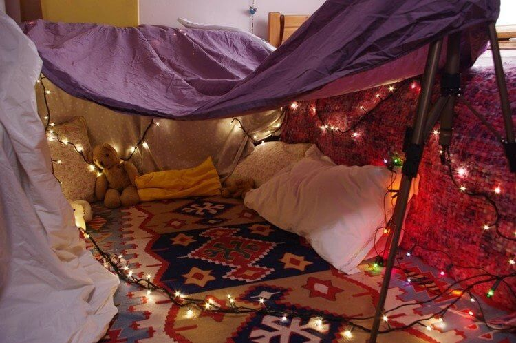 Une cabane d'enfant faite de couvertures