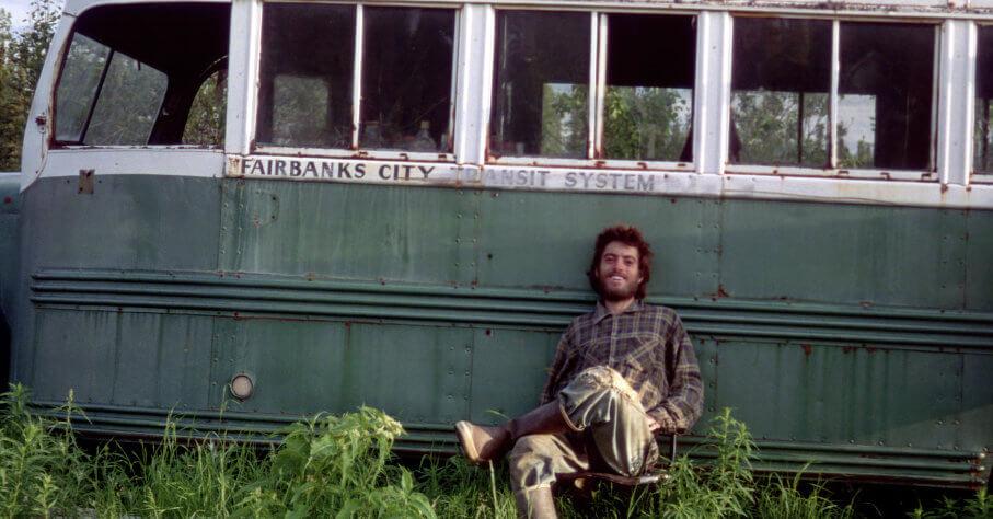 Christopher McCandless devant son bus en Alaska