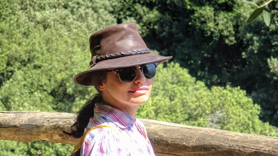 Portrait avec chapeau sur le sentier de randonnée des Cinque Terre