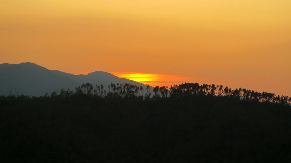 Coucher de soleil flamboyant sur les forêts de pins du Val de Vara (Cinque Terre)