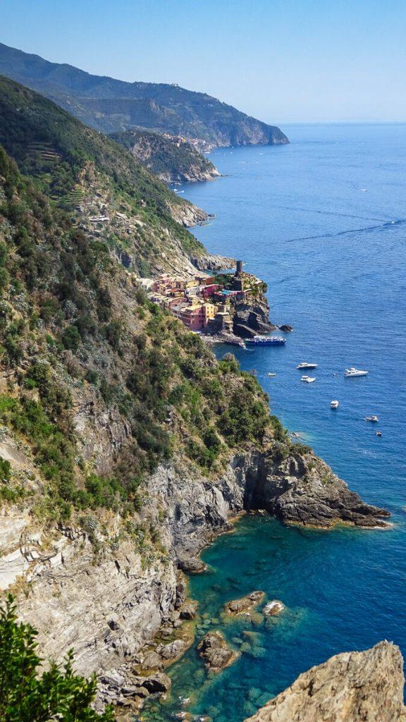Le village de Vernazza vu depuis le sentier de randonnée, avec de magnifiques aperçus des falaises qui plongent dans la mer bleue