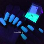 Testando Pó Neon Para Unhas Que Brilha No Escuro