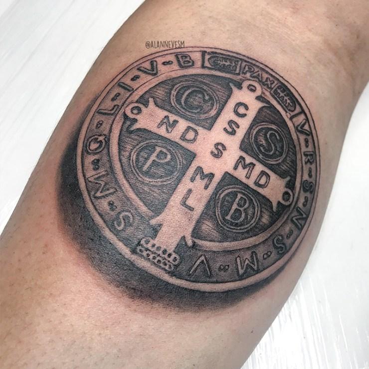 tattoo, tatuagem, medalha de são bento, tattoo medalha de são bento, tatuagem medalha de são bento, jhow art tattoo, jhow art tattoo sobradinho df, tatuagem sobradinho df, tatuagem braço, tatuagem masculina, tatuagem religiosa, tatuagem homem medalha são bento, medalha são bento, tattoo homem medalha são bento, tatuagem perfeita medalha, inspirações tatuagem homem, inspirações tattoo masculina