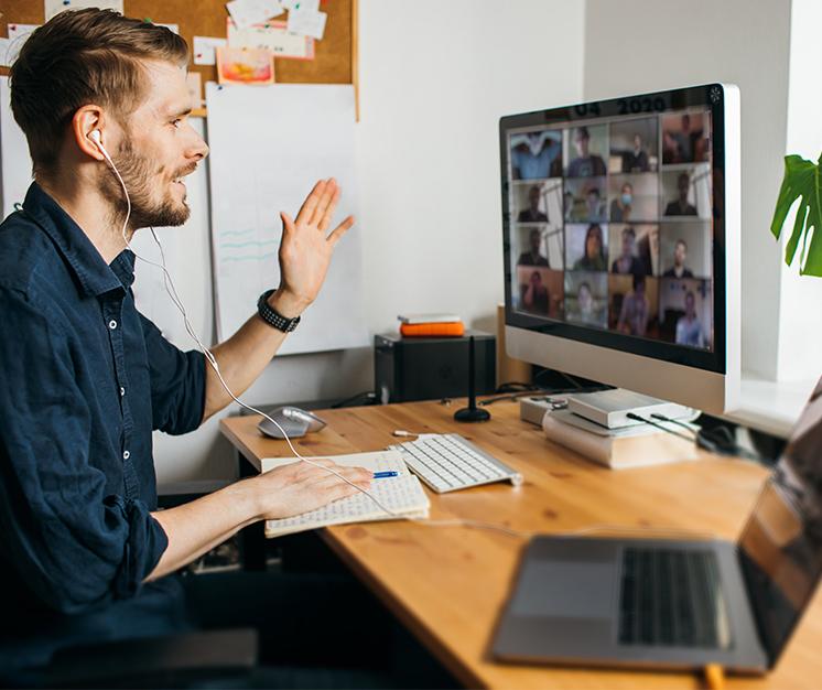 băiat în fața unui calculator, videoconferință