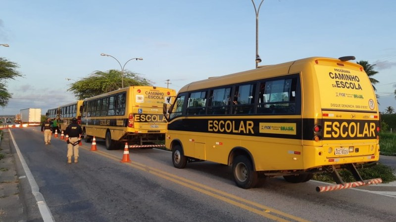 PRF apreende ônibus escolar que levava adolescentes para fazer título de eleitor no interior do RN