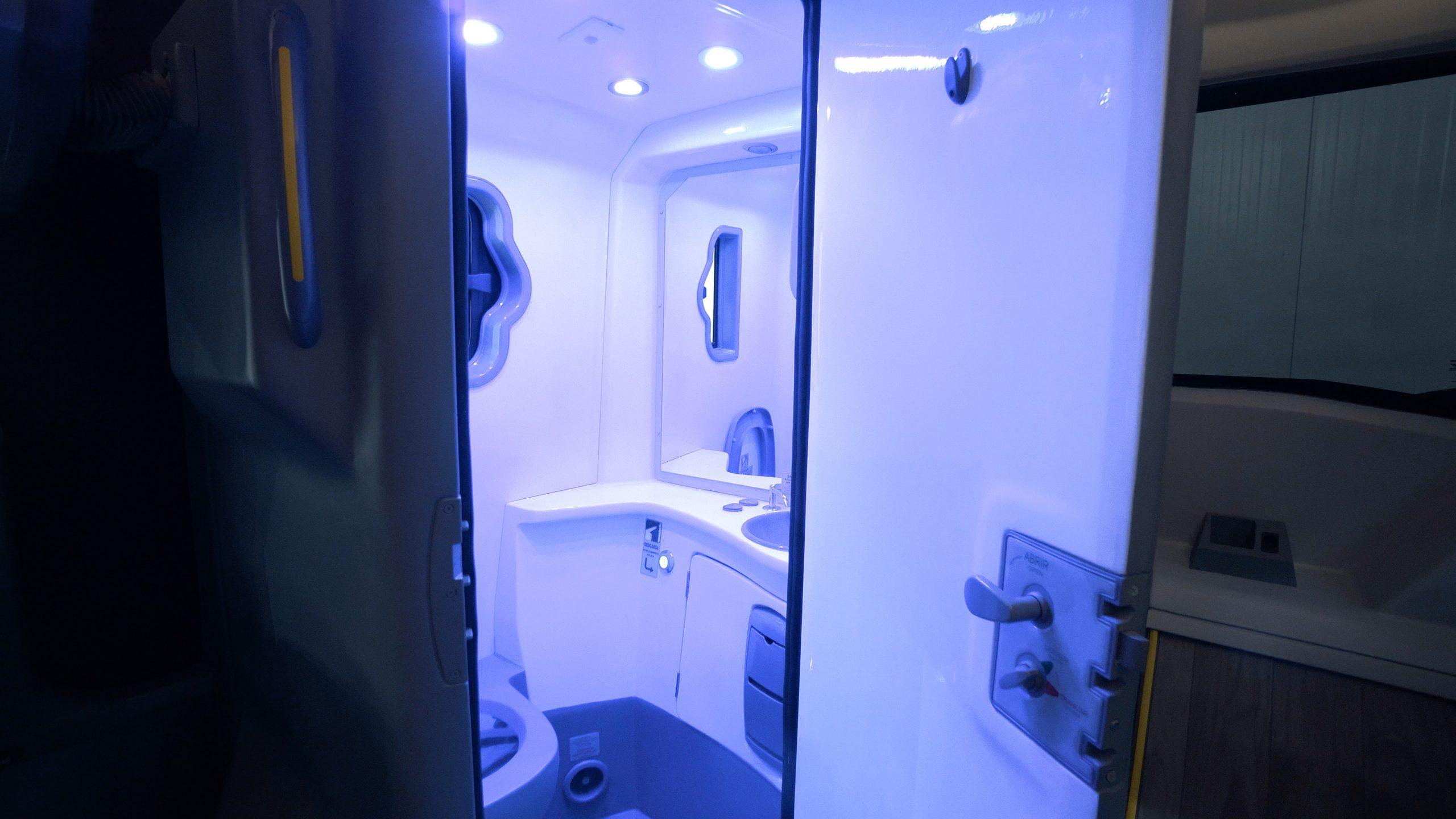 Marcopolo desenvolve sistema de sanitário para ônibus com desinfecção por luz ultravioleta