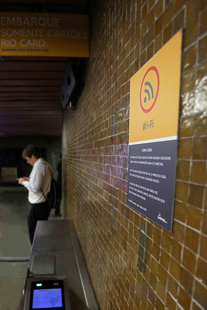 Cidade japonesa quer proibir uso de smartphone durante caminhadas