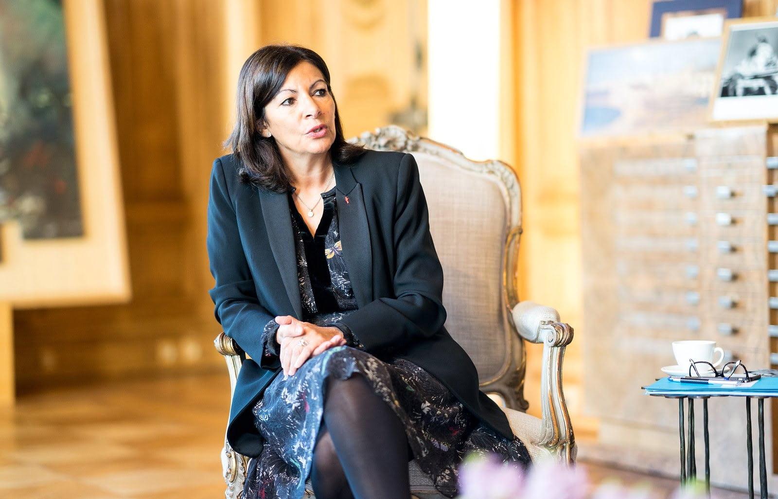 Reeleita, prefeita de Paris planeja aumentar cerco a carros e criar 'cidade de 15 minutos'