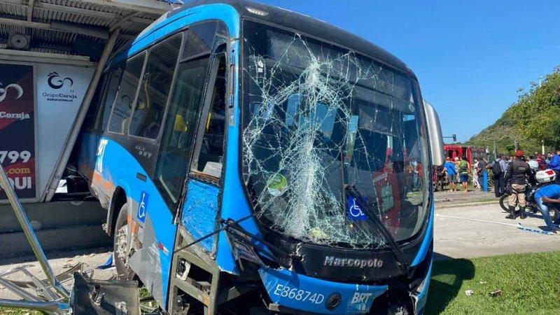 Ônibus invade estação do BRT na Barra da Tijuca; 15 passageiros se feriram sem gravidade