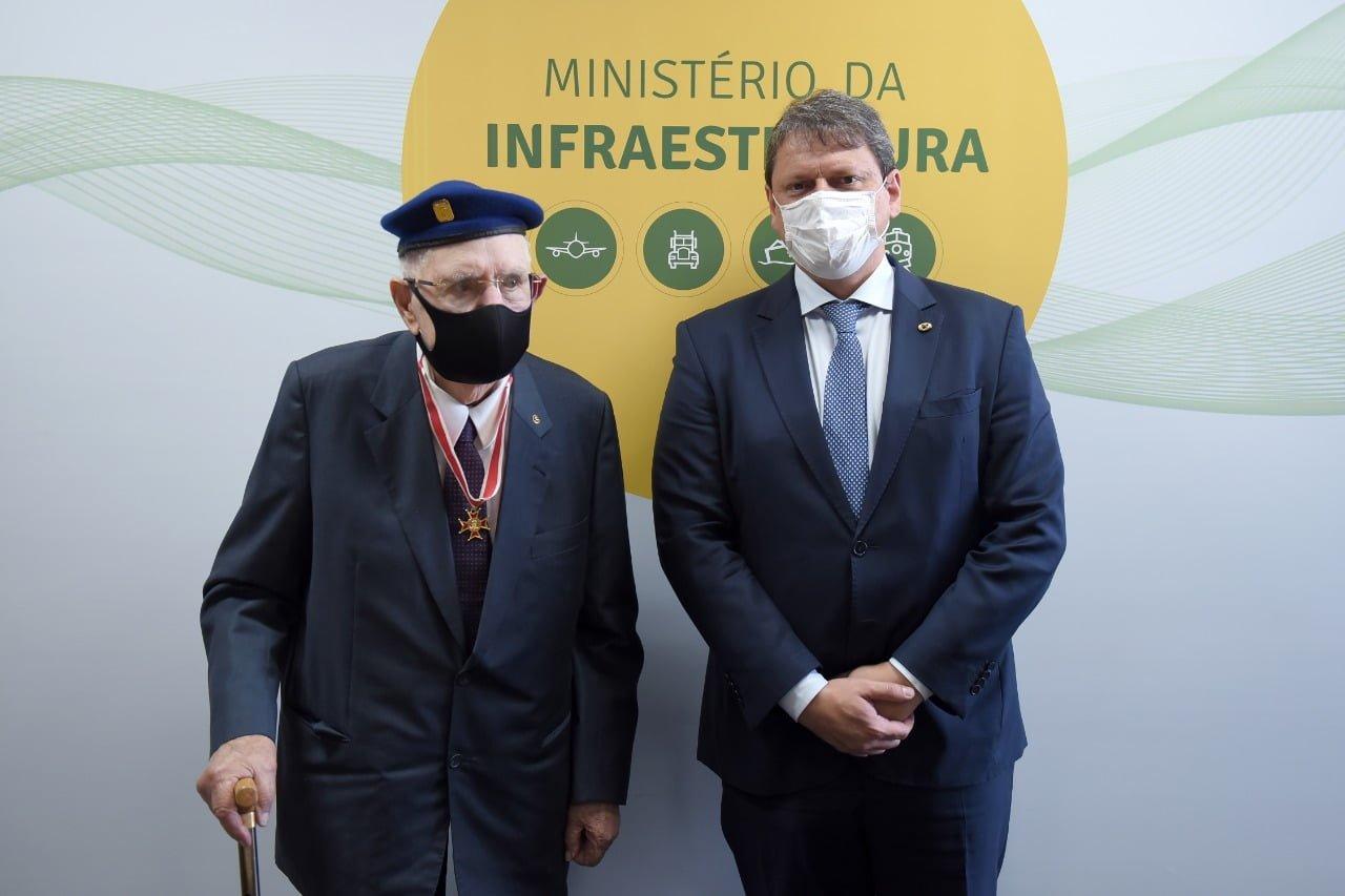 Ministro da Infraestrutura homenageia Camilo Cola, ex-combatente da FEB, com Medalha do Mérito Mauá