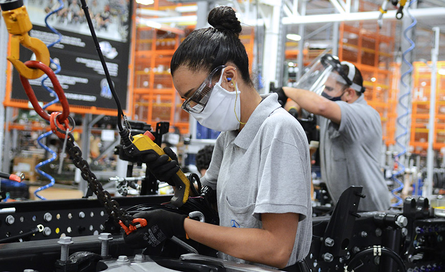 Nível de emprego cai, mas fábricas fazem contratações temporárias