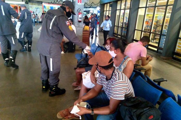 Corpo de Bombeiros distribui 4 mil máscaras no Terminal Rodoviário de Salvador