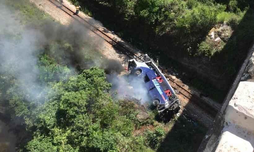 MG: Ônibus cai de viaduto e deixa ao menos 17 mortos na BR-381, em João Monlevade