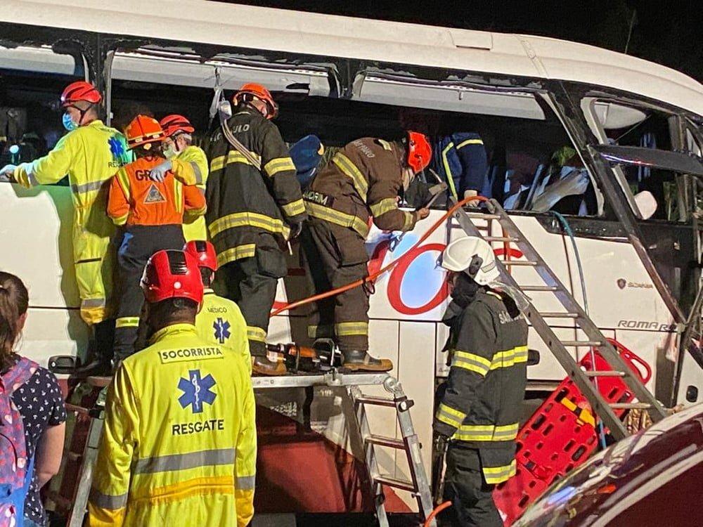 SP: Acidente entre ônibus e caminhão mata 7 pessoas e deixa outras 34 feridas