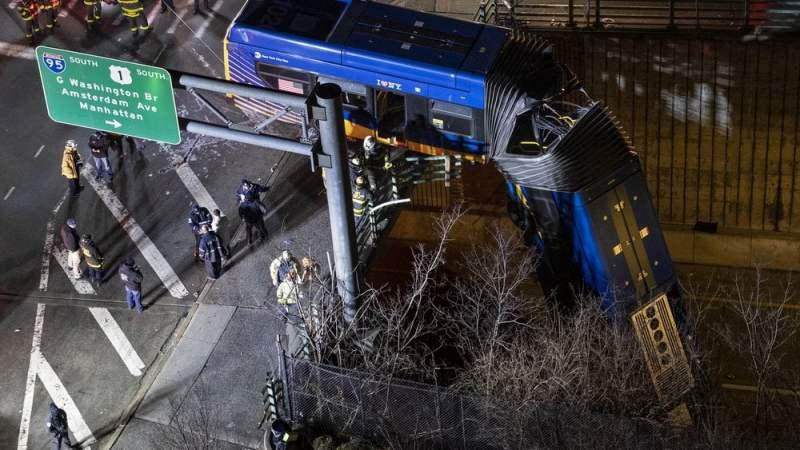 Ônibus articulado fica pendurado após metade despencar de ponte em Nova York