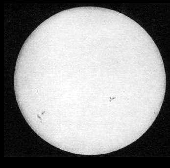 Figura 1a- Primeira fotografia do sol(1847). Os pontos escuros são manchas solares.