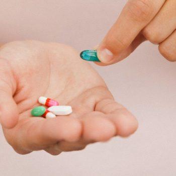 Farmacêutica e Profª do UNIFATEA alerta para os riscos da automedicação