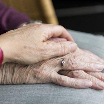 Psicóloga diz que atividades educativas e brincadeiras são formas de reduzir o impacto do isolamento sobre os idosos