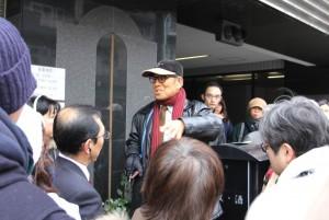 日本統一教会出発の地「雄鶏舎跡」の説明をする増田勝「巡礼の会」会長(中央)